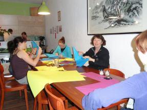Das Deko Team ist fleißig... Foto: Anna
